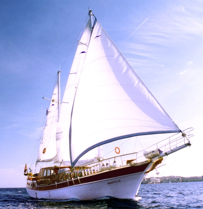 Sailing the Cyclades islands on a yacht charter